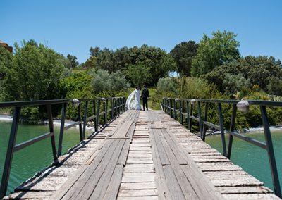 Novios en puente