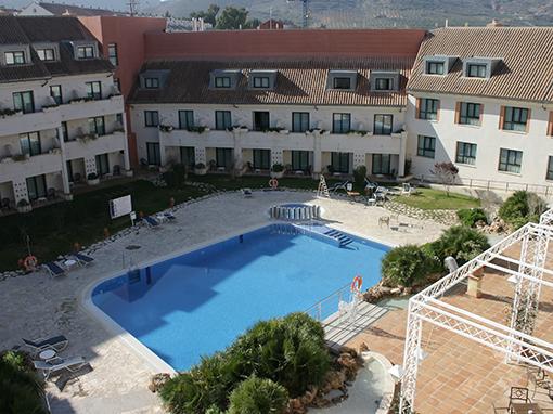 piscina exterior y solarium del hotel antequera
