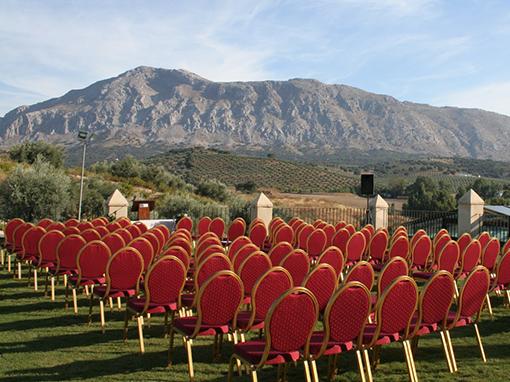 sillas en rojo en hotel convento la magdalena