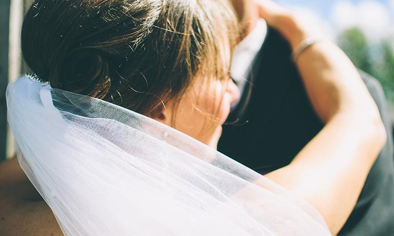 abrazo de novios en boda
