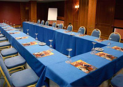 Mesa azul de reuniones