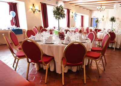 salón decorado en rojo