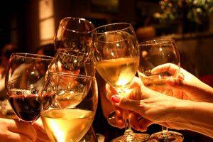 personas con copas brindando
