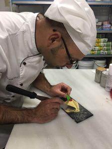 pastelero elaborando receta de piramide de turron