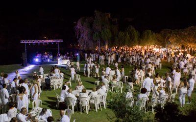 """700 asistentes vistieron de blanco el """"Luna Green"""""""
